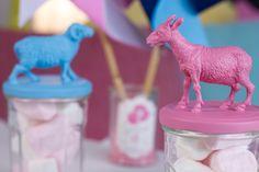 Voici un tuto simple à réaliser et économique, pour lequel vous pouvez utiliser des objets recyclés. Créez des bocaux animaux pour y ranger des bonbons et décorer votre table !  #DIY #Tuto #Economique #Bocaux #Bonbons #Friandises #Animaux #Baptême #Babyshower