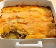 There are some times when only a meaty, hearty dish like this ground beef and potato casserole will do: try it on a cold weekend evening when you're ready for a family supper, to deliver to a friend. Cheddar, Best Ground Beef Recipes, Blueberry Pound Cake, Ground Beef And Potatoes, Dinner With Ground Beef, Warm Food, Glass Baking Dish, Comfort Food, Pound Cake Recipes