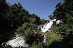 """""""Cascata Mae Klang nel Parco Nazionale Doi Inthanon"""" by LannaPhoto - Under Creative Commons CC BY-SA 4.0 (https://creativecommons.org/licenses/by-sa/4.0/deed.en) - https://upload.wikimedia.org/wikipedia/commons/thumb/9/98/MaeKlangWaterfall1.jpg/1024px-MaeKlangWaterfall1.jpg"""