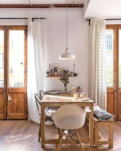 WEBSTA @ apartmenttherapy - This Barcelona home exudes warmth, comfort and coziness. (Click the link in our bio for more) Image: @sandrarojo   Home: @justmebymyself