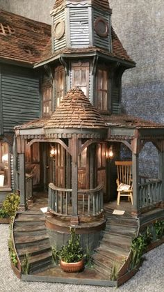 DIY doll house by using a shoebox - There are different methods of making doll houses using different material. The easiest is to make a DIY doll house by using shoebox. These doll house. Haunted Dollhouse, Haunted Mansion, Dollhouse Miniatures, Victorian Dollhouse, Dollhouse Ideas, Victorian House, Dollhouse Dolls, Haunted Dolls, Vintage Dollhouse