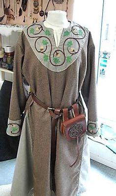 Cotte, Stil 13. Jh., Auftragsarbeit, Handstickerei Cotte, style 13. century, order by customer, handmade embroidery