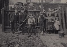Photograph by Horace Warner in Spitalfields at the turn of the nineteenth and twentieth centuries.