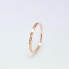 Alliance fine et élégante pour femme en or rose 18 carats. Serties de 5 diamants.