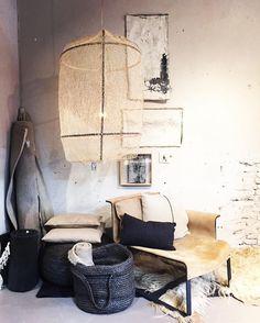 wat is onze FOUNDED loungechair toch een dankbaar object: even wat rommelen met accessoires et voila: weer een heerlijke nieuwe hoek in de winkel   #founded #ayilluminate #private0204 #eugenieligthart #yoth