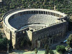 Antik güzel Aspendos: Aspendos, amfitiyatrosuyla meşhur bir antik kent. Antalyanın 49 km. batısında yer alıyor. M.S. 2. yyda Romalılar tarafından inşa edilen tiyatro 15 bin kişi kapasitesi ile en iyi korunmuş eski yapılardan.