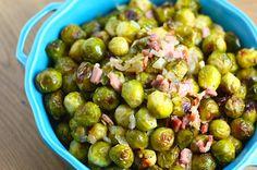Spruitjes tot snot koken is zo zonde van deze heerlijke wintergroente. Serveer eens geroosterde spruitjes met ui en bacon op tafel. Zalig recept!