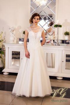 Suknia ślubna nr 2 z kolekcji Lumiere #victoriagabriela #weddingdress