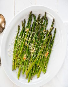 Garlic and Parmesan Roasted Asparagus is simple and delicious. It is a quick side dish that pairs with any savory meal. Easy Asparagus Recipes, Oven Roasted Asparagus, Vegetable Recipes, Vegetarian Recipes, Cooking Recipes, Healthy Recipes, Vegetarian Grilling, Healthy Grilling, Skinny Recipes