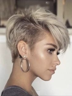 Cool and Simple Short Hairstyles for Women – Page 2 of 40 Here is a list with photos of 41 trendy hairstyles for short hair. You can discover the most flattering and also popular short hairstyles for fine hair here. In case you do not know what hairstyles Popular Short Hairstyles, Short Pixie Haircuts, Layered Hairstyles, Short Womens Hairstyles, Edgy Haircuts, Short Length Hairstyles, Short Haircuts For Women, Punk Pixie Haircut, Poxie Haircut
