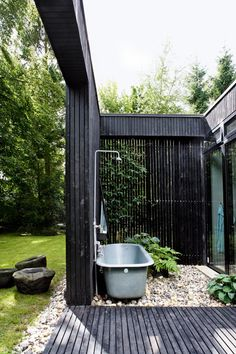 Find 28 outdoor bathtub ideas to inspire the outdoor space around your home. The editors at domino share outdoor bathtub ideas to inspire you. The post 28 Stunning Outdoor Bathtub Ideas