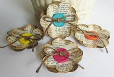Cette liste est 4 fleurs à la main  Essayez-les sur une mise en page de scrapbook, sur la couverture de vous mini-album, décorer un cadre photo, ou tout simplement pour ajouter une touche supplémentaire à nimporte quel projet dartisanat.  Fleurs ont été faites à laide des pages dun dictionnaire vintage et papier cartonné. Environ: 2     Jexpédierai au niveau international si vous me-mail avec votre commande complète et ladresse figurant dans votre compte etsy, ainsi je peux obtenir un prix…