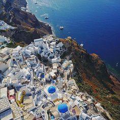 Oia Town, SANTORINI island (Η πόλη της Οίας από ψηλά, στο νησί της Σαντορίνης  των Κυκλάδων), CYCLADES islands group - GREECE ⠀- by @giannis_bouklis