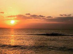 夕陽と波 癒されますね 沖縄の西海岸ではこんな素敵な景色がしばしば見られます  #沖縄#okinawa#海#夕陽#sunset #沖縄天気#visitokinawa#サーフィンスクール#シーナサーフ#seanasurf #青の洞窟#西海岸#westcoast