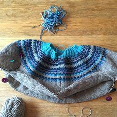 Fått festet alle tråder, og delt av for ermer så nå er det bare fritt frem  #loppa#loppajakka#pinneguri#pinneguridesign#inspirasjon#garnglede#rauma#raumagarn#finull#strikk#strikking#strikkekos#strikkeglede #strikkedilla#inspiration#knit#knitting#instaknit#knitsagram#knitting_inspiration#knittinginspiration#strikkpåhjernen#strikkeyoga