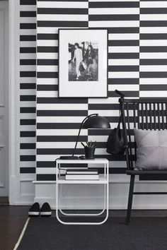 ▷ patterns black and white let you forget a wall design with color Pattern black and white wall design with color furnishing examples black and white living room furn Black And White Interior, Black And White Wallpaper, Black And White Design, Black White, Contemporary Interior, Modern Interior Design, Striped Hallway, Scandinavian Wallpaper, White Houses
