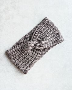 This headband is knit in the English rib and has a twist in the middle - a clever way to hide the seam The English rib is stretchy and textured with a classy feel to it Furthermore it keeps the warmth very well so your ears will be protected from the cold Knitting Patterns Free, Knit Patterns, Free Knitting, Knitted Headband Free Pattern, Crochet Headbands, Baby Headbands, Fru Fru, Twist Headband, Seed Stitch