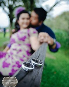 Engagement Ring Photography, Indian Wedding Couple Photography, Outdoor Wedding Photography, Bridal Photography, Pre Wedding Shoot Ideas, Pre Wedding Poses, Wedding Picture Poses, Pre Wedding Photoshoot, Foto Wedding