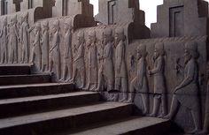 Escaleras del tripylon del Palacio de Persépolis (S. V a.C.). La escalinata situada entre los dos salones de audiencias conducían al edificio que se ha denominado Trípylon, pórtico con tres puertas de acceso. Desde este espacio se accedía al harén y a los palacios residenciales de Darío I y Jerjes, así como al tesoro. Todas estas construcciones estaban configuradas por módulos cuadrangulares y columnados.