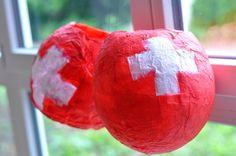 Le 1er août, c'est la fête nationale en Suisse. L'idée est de préparer des lampions en papier mâché avec vos enfants. Swiss National Day, Swiss Miss, Christmas Bulbs, Diy, Holiday Decor, Tour, Animation, Home Decor, Paper Mache