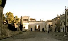 Arco d'Augusto, Fano (PU) - #storia #cultura #visitare #vacanze #pesaro #urbino Mansions, House Styles, Arch, Culture, Mansion Houses, Villas, Fancy Houses, Palaces, Mansion