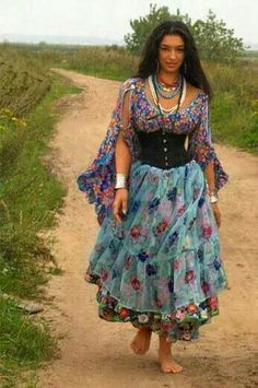 Where does one shop for gypsy clothes such as these?You can find Gypsy clothing and more on our website.Where does one shop for gypsy clothes such as these? Mode Hippie, Gypsy Soul, Bohemian Gypsy, Hippie Style, Bohemian Style, Boho Chic, Gypsy Life, Gypsy Costume, Dance Costume
