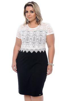 Vestido off white midi confeccionado em viscose, com gola redonda e renda, possui abertura as costas. Primeira troca grátis!