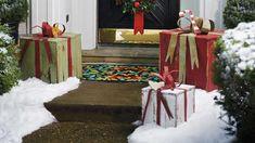 Geschenkboxen aus Holz als Weihnachtsdeko für außen