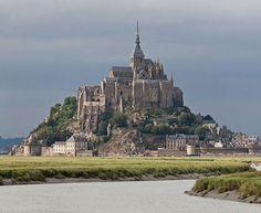 O Monte Saint-Michel é um santuário em homenagem ao arcanjo Miguel, construído no século 13, em uma ilha de Mancha, na França. Era usado como ponto de encontro de Cruzados que iam à Terra Santa. Após a revolução francesa, serviu como prisão até 1863. É Patrimônio Mundial da Humanidade desde 1987.