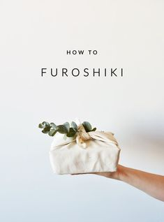 Wrapping paper that only has one final destination: the garbage bin. With furoshiki that is a thing of the past: this Japanese wrapping method is sustainable and beautiful! Wrapping Ideas, Creative Gift Wrapping, Present Wrapping, Creative Gifts, Japanese Gift Wrapping, Japanese Gifts, Japanese Art, Diy Cadeau Noel, Furoshiki Wrapping