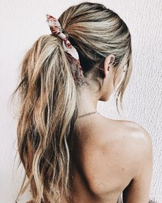 The reason why messy ponytail hairstyles are so popular is that they are very easy to achieve. The messy ponytail hairstyle can be upgraded, updated and modified to accommodate all facial shapes, hair texture and length, as well as any occasion. Updo, Messy Ponytail Hairstyles, Headband Hairstyles, Weave Hairstyles, Cool Hairstyles, Gorgeous Hairstyles, Ponytail Ideas, Hair Ponytail, Easy Hairstyle