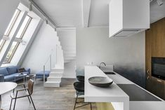 White Apartment: White Surface of Modern Interior Design with Mezzanine in An Apartment White Apartment, Minimalist Apartment, Flat Roof Design, Townhouse Designs, Villa, Modern Interior Design, Interior Ideas, Maine House, Small Apartments