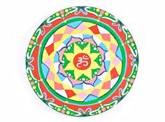 Mandala per meditazione e benessere. Decorazione per parete con simbolo OM. Adatto per signora. Stile new age. Giallo, verde, rosso.
