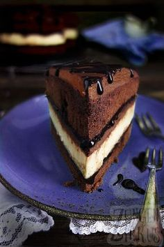 Incredible chocolate cakes pie cheesecake in chocolate cake! With chocolate sauce and ganache! Cheesecake Chocolate recipe The post Cheesecake in chocolate cake chocolate cheese pie appeared first on Win Dessert. Chocolate E Queijo, Chocolate Cheesecake, Chocolate Desserts, Cake Chocolate, Molten Chocolate, Food Cakes, Cake Recipes, Baking Recipes, Dessert Recipes