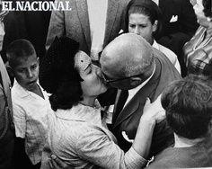 Raul Leoni y Doña Menca en medio de un Beso.