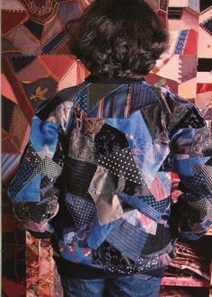 """100 Idées n°45 - janvier 1977 - article """"d'autres patchworks"""" - réalisation Janick Schoumacher - photo Jacques Dirand - ouvrage paméla Bintner - blouson an crazy patchwork sur fond de crazy traditionnel."""