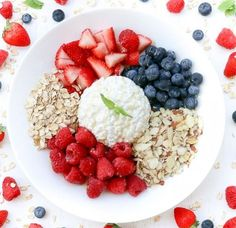 Sweet Cottage Cheese Fruit Bowl- Packed with crunch sweetness protein fiber and everything healthy. Sweet Breakfast, Breakfast Bowls, Breakfast Fruit, Breakfast Ideas, Healthy Fruits, Healthy Snacks, Healthy Low Carb Breakfast, Diet Recipes, Healthy Recipes