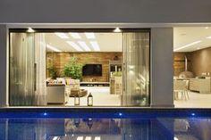 Casa com pé direito duplo - confira detalhes da porta de entrada e área de churrasco/lazer! Backyard Projects, Home Projects, Exterior Design, Interior And Exterior, Bungalow House Design, Rooms Home Decor, Modern Interior, Luxury Homes, My House