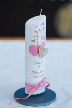 Eine rosafarbene Hochzeitskerze mit zwei Herzen, dezentem Kreuz. Foto : Ramona Müller