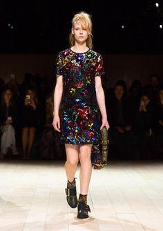 See all the Burberry Fall/Winter photos on Vogue. Big Fashion, Fashion Show, Womens Fashion, Fashion Weeks, Fashion Brands, Burberry, Short Floral, British Style, Vogue Paris