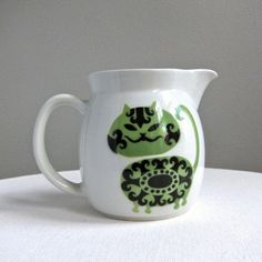 Kaj Franck for Arabia. Pitcher with Green and Black Cat - Finland. Vintage Dishware, Ceramic Pitcher, Creepy Cute, Scandinavian Design, Finland, White Ceramics, Home Accessories, Whimsical, Pottery