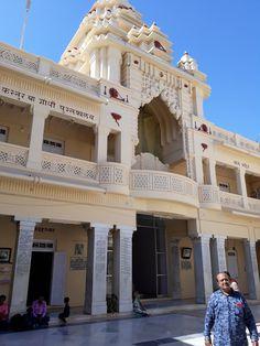 #magiaswiat #podróż #zwiedzanie # indie #blog #azja #zabytki # #swiatynie #shiva #krsna #posagi #slonie #palac #vrindavan Shiva, Indie, Louvre, Mansions, House Styles, Building, Blog, Home Decor, Decoration Home