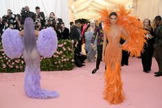 Kendall Jenner Photos - Kylie Jenner and Kendall Jenner attend The 2019 Met Gala Celebrating Camp: Notes on Fashion at Metropolitan Museum of Art on May 2019 in New York City. - The 2019 Met Gala Celebrating Camp: Notes On Fashion - Arrivals Kendall Jenner Photos, Kylie Jenner Nails, Kylie Jenner Outfits, Kylie Jenner Style, Kris Jenner, Kardashian Jenner, Kardashian Dresses, Jenner Sisters, Kanye West