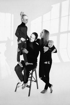 Фотографія Baby Boy Photography, Family Photography, White Photography, Family Picture Outfits, Family Photos, Studio Family Portraits, Family Potrait, Narrative Photography, Family Engagement