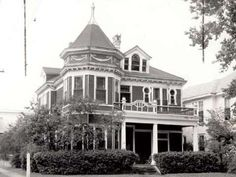 This is a photo gallery of historic homes in Southeast Texas. Beaumont Texas, American Mansions, Local History, Galveston, Historic Homes, Victorian Homes, Old Houses, Places To See, Bay Windows