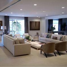 Living, destaque para o mobiliário selecionadíssimo, e simetria.