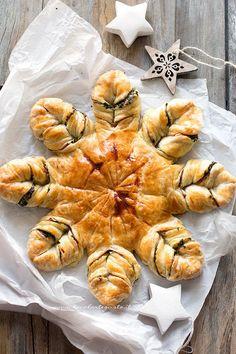 La Stella di Pasta Sfoglia è una Torta salata a forma di stella, golosissima e facile a base di pasta sfoglia. In questo caso ho realizzato un ripieno di Spinaci saltati con porri, pancetta e brie. Un