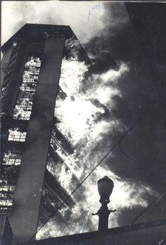 Fotografia do Incendio no Edificio Andraus, em São Paulo, no ano de 1972. Mede 18 x 12 cm. http://www.leilaodeartebrasileira.com.br/