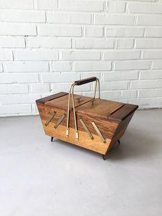 Vintage Nähkasten, Mid Century Nähkasten , Nähkorb , Teak Nähkasten, Holzbox, Rockabilly von moovi auf Etsy
