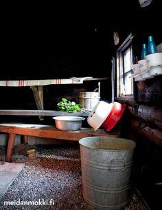 My childhood sauna memories. Rustic with enamel equipment, linen towels. Cabin 100 years of age refurnished |Satavuotiaan hirsimökin remontti | Meidän Mökki